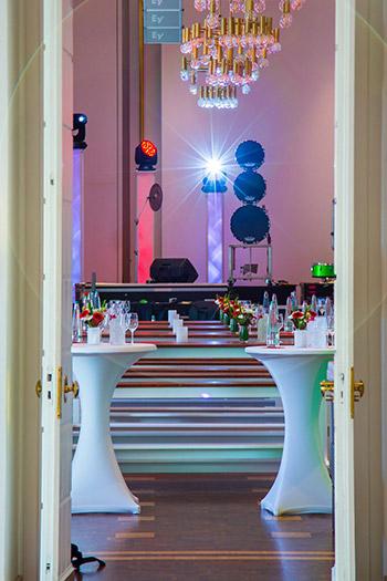 Stehtische vor einer Bühne mit Lichtanlage